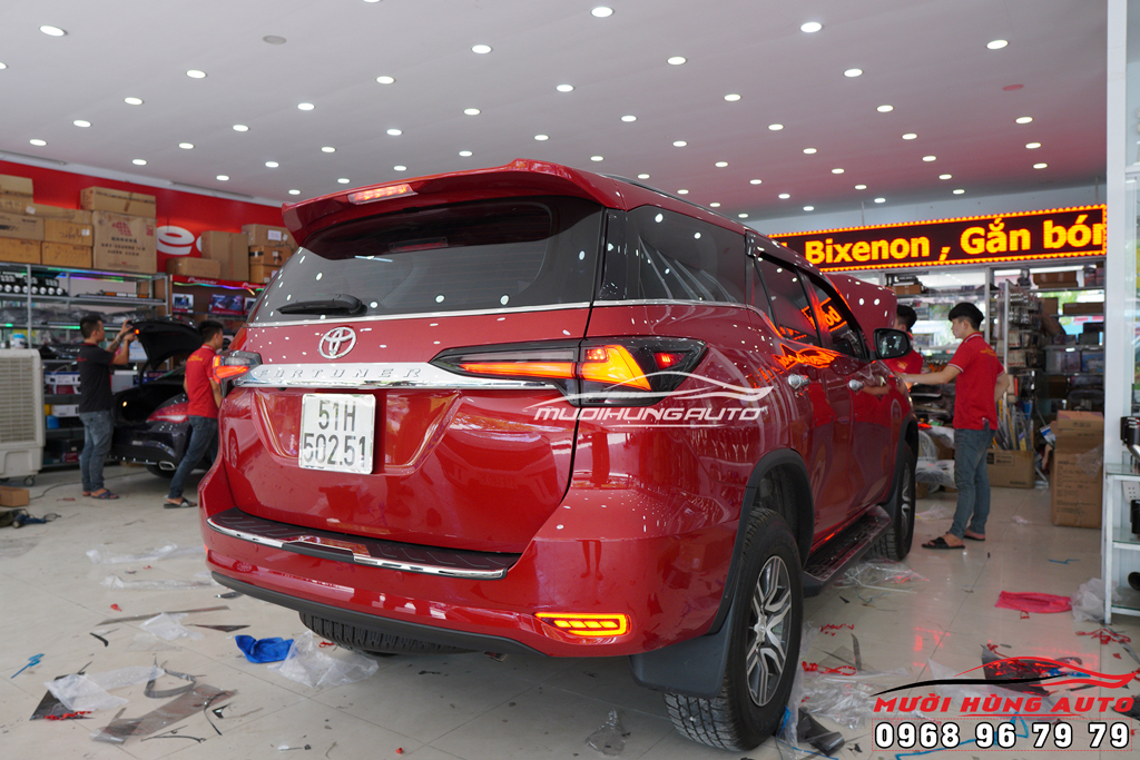 Thay đèn hậu nguyên cụm xe Toyota Fortuner 2019 giá rẻ