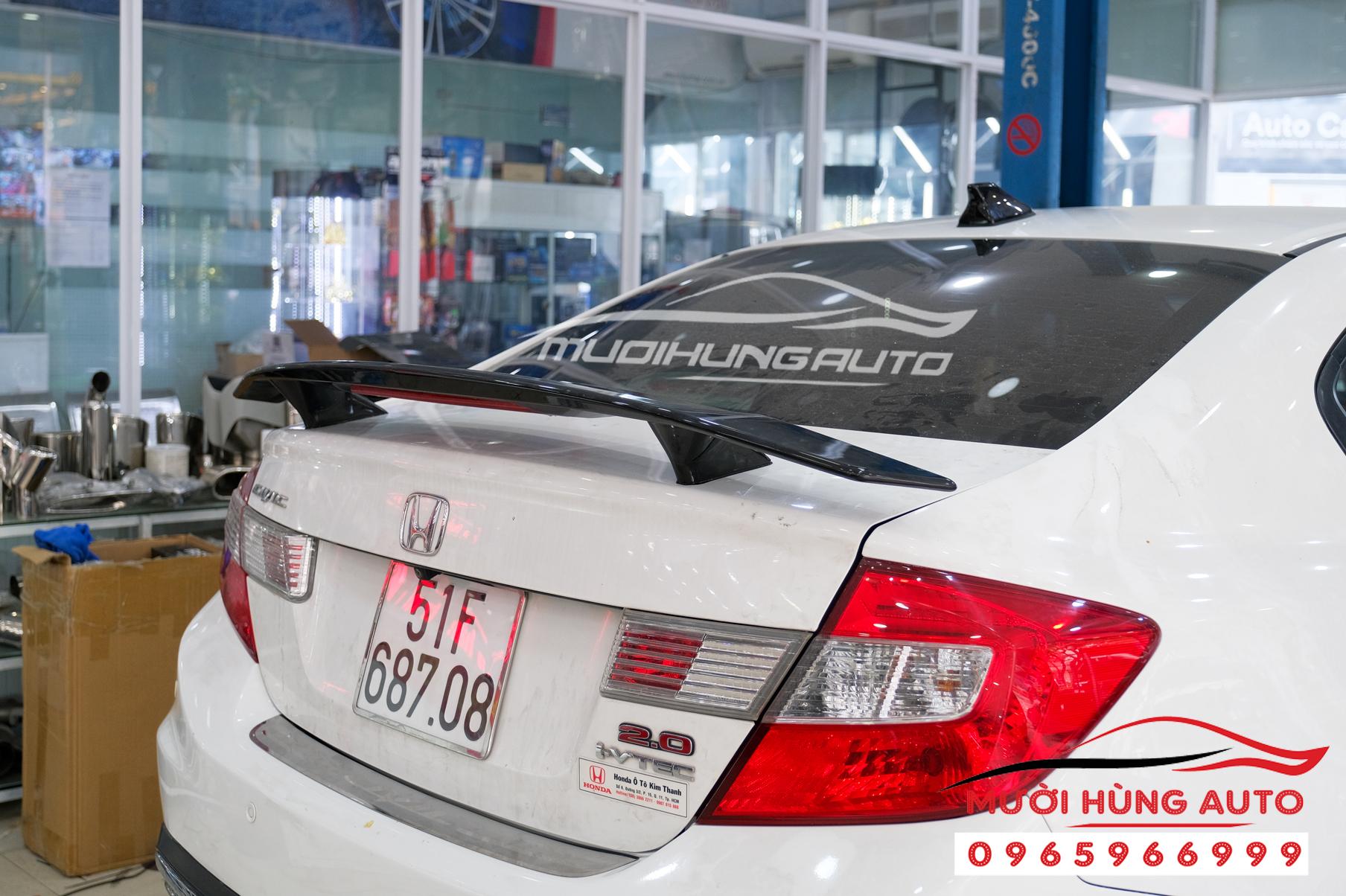 Độ pô và gắn đuôi cá có đèn xe Honda Civic 2012 mẫu Mer GLC